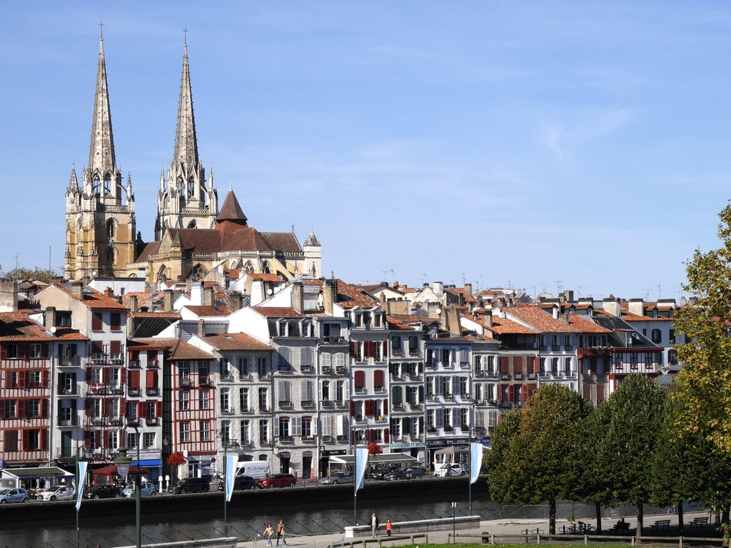 Bayonne quai de la Nive et cathédrale 01 ©CDT64