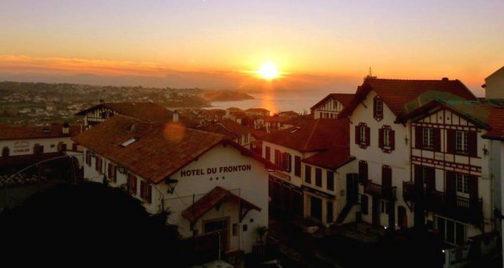 Bidart le village au coucher de soleil ©OT Bidart