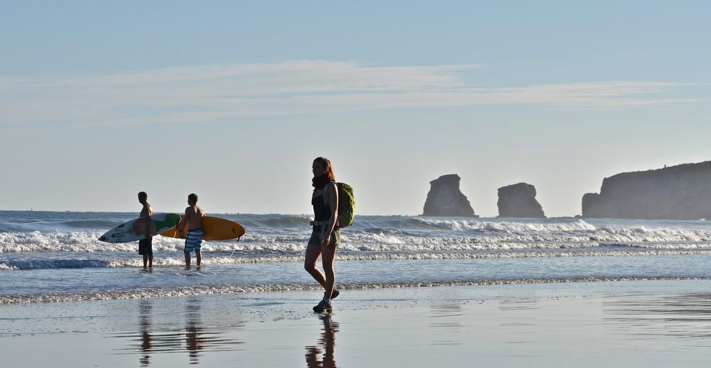 Randonneuse et surfeurs Sentier Littoral à Hendaye 002 ©CDT64-P.Gaillard