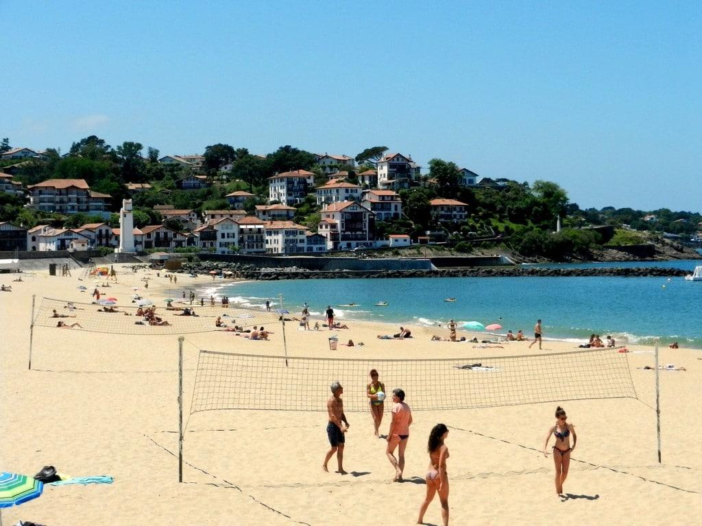 Saint-Jean de Luz la plage beach volley ©CDT64-C.Idelovici