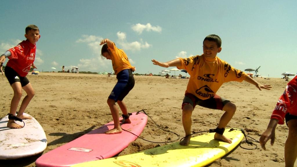 Enfant à la plage Surf ©CDT64-Medialab